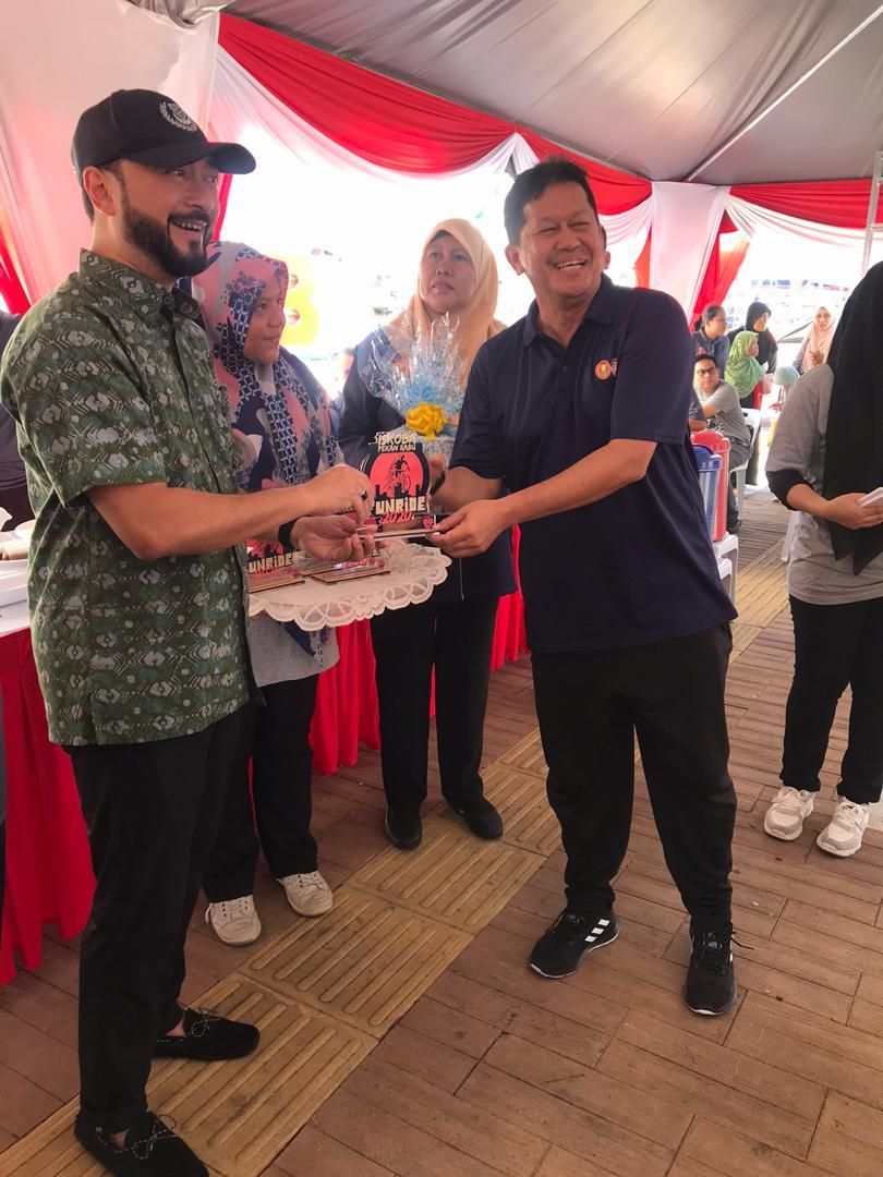 Presiden ADAM Encik Mohd Faridzul Bin Kassim menerima cenderamata daripada Menteri Besar Kedah YAB Dato' Seri Utama Haji Mukhriz bin Tun Dr. Mahathir
